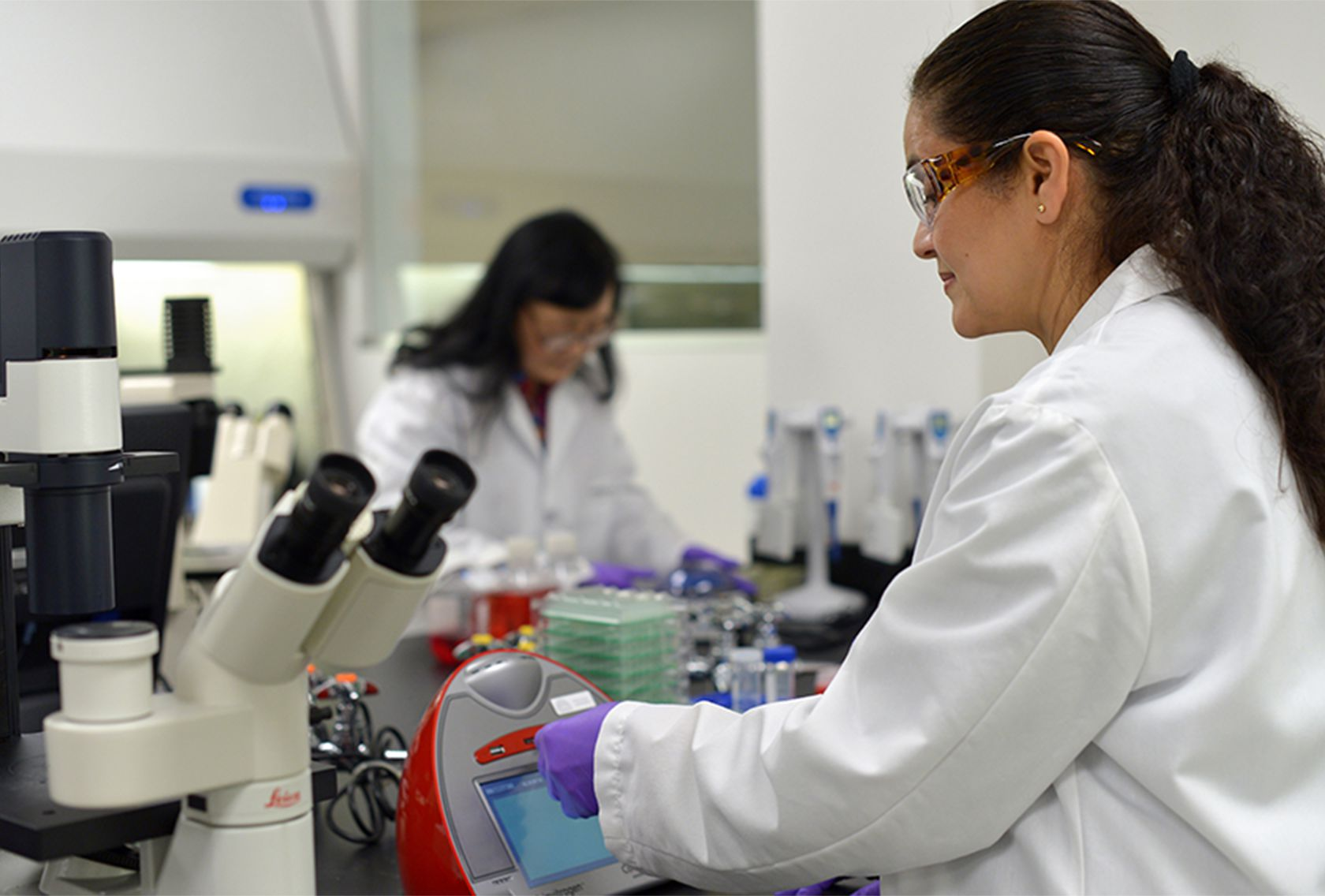 abbvie-female-scientist-lab@2x